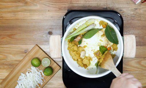 Menumis bumbu dalam panci untuk membuat soto ayam sambal matah.