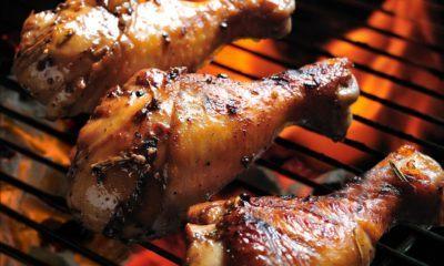 Ayam Bakar enak dan gurih bisa dihasilkan dari panggangan arang atau wajan pemanggang