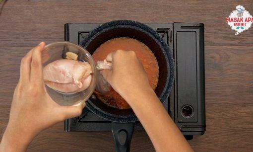 masak ayam di panci berisi bumbu halus dan kecap