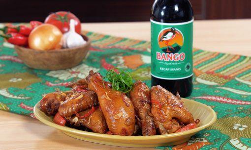 Resep ayam kecap selesai dimasak dan disajikan di atas meja makan.