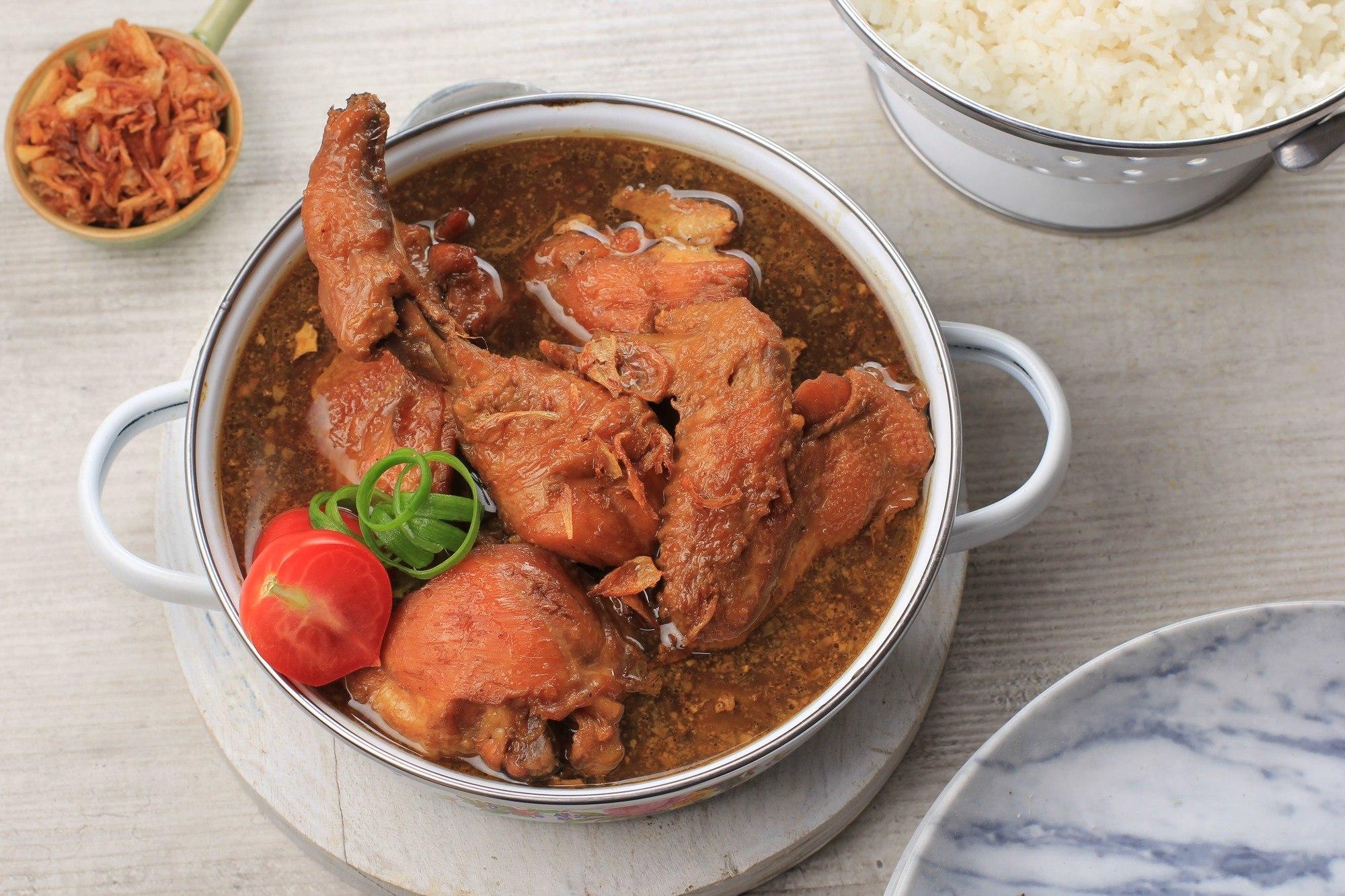 Hasil masak resep semur ayam kecap disajikan dalam mangkuk.