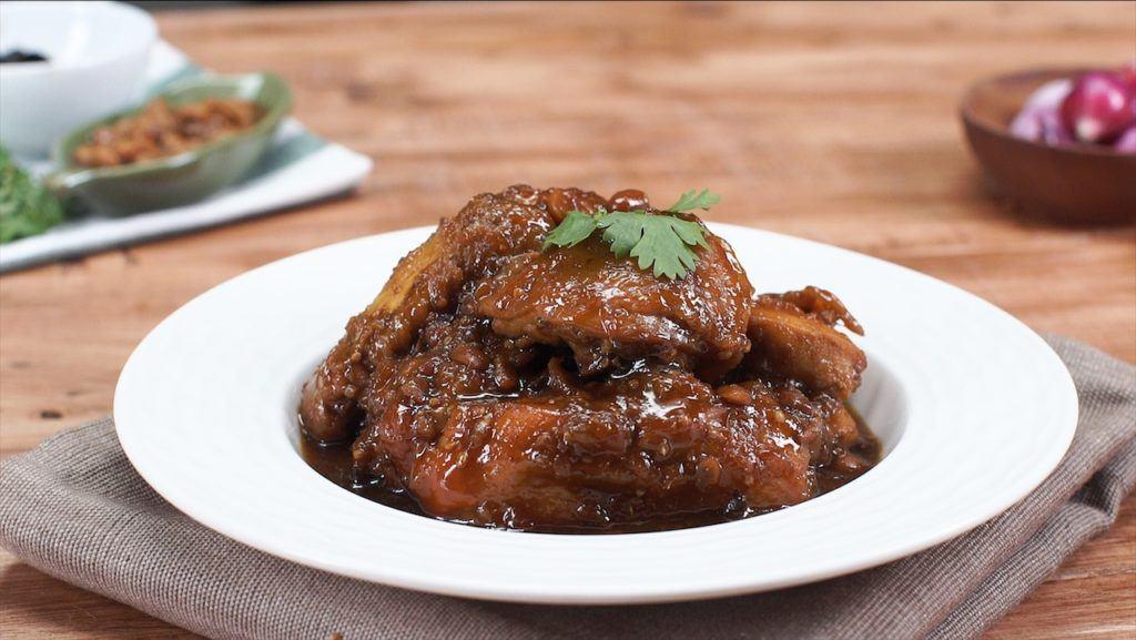 Ayam Sioh Tauco tersaji di meja.