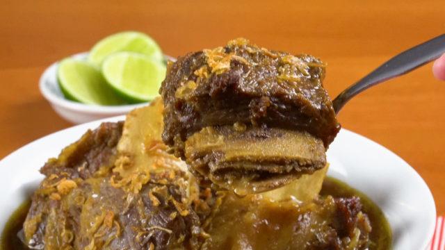 sop konro adalah makanan kesukaan orang Makassar lainnya selain mie titi