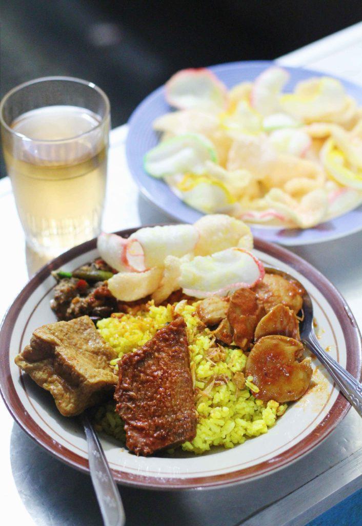 nasi kuning adalah sarapan pagi di bandung yang populer