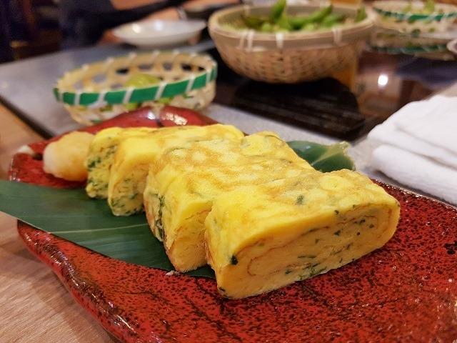 ide sarapan sehat dari Jepang berupa tamagoyaki dengan sentuhan daun aromatik.