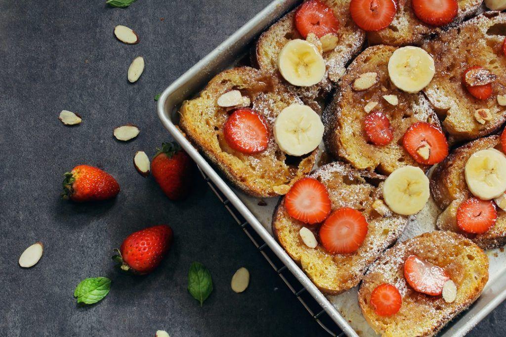 Sarapan sehat dengan french toast dan buah-buahan.