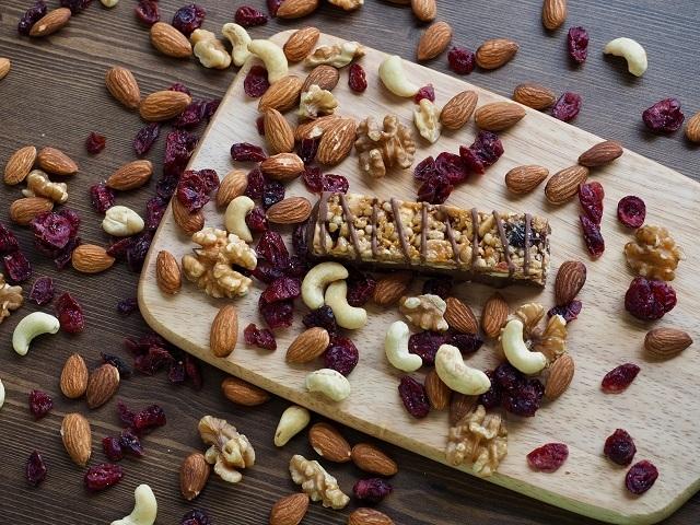 Granola bar dengan isi kacang-kacangan seperti kacang mede, almond, dan buah kering.