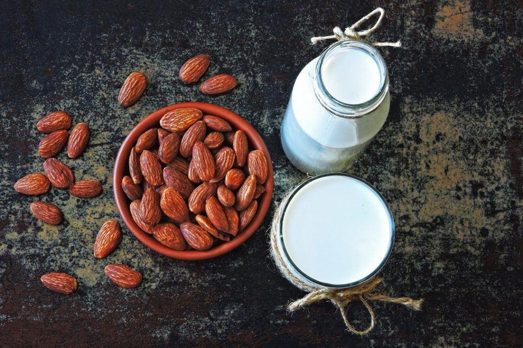 kacang almon dengan susu