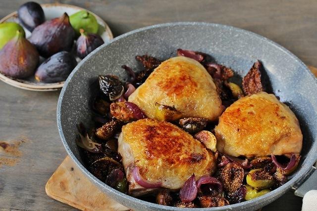 wajan anti lengket berisi ayam panggang yang siap dihidangkan
