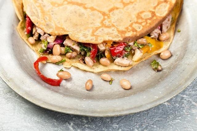 sarapan sehat berupa pancake dengan isian sayuran dan kacang-kacangan.