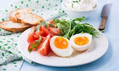 cara buat telur separuh masak akan menjadikan salad lebih menawan