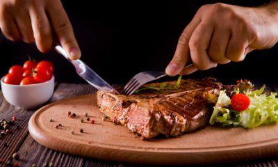 cara makan steak menggunakan pisau dan garpu