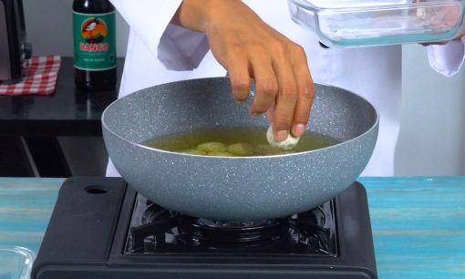 menggoreng cimol