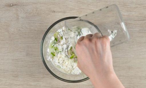 meracik tepung untuk gehu