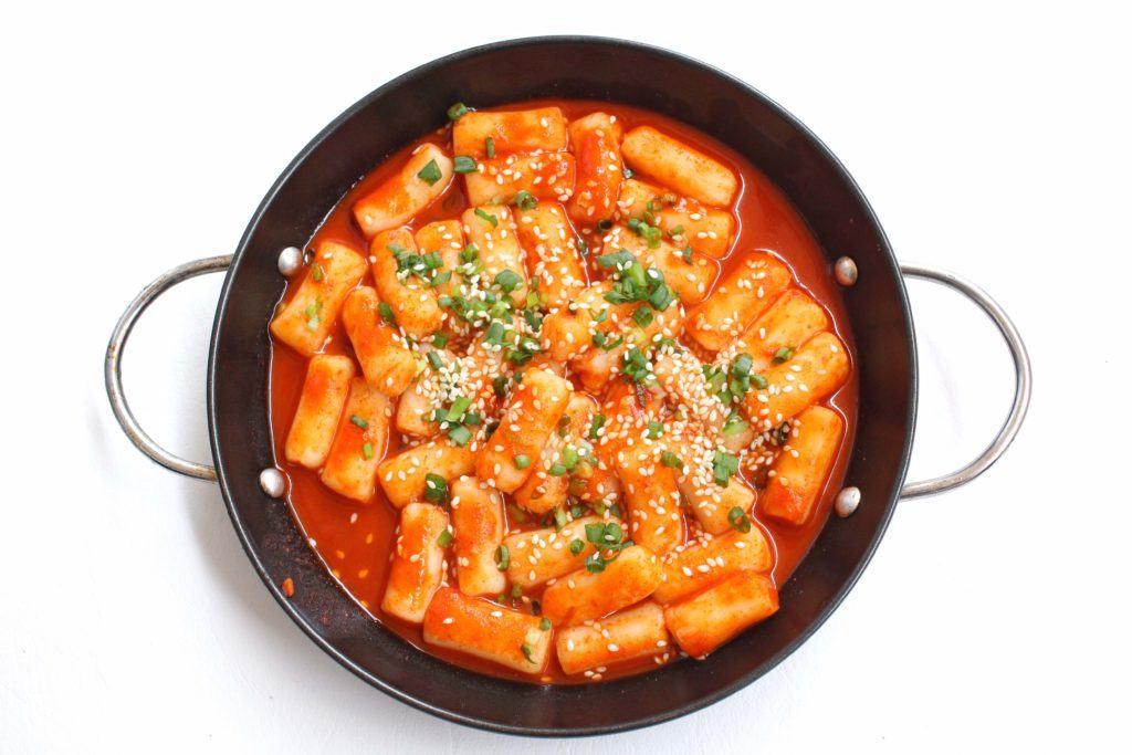 topokki, jajanan korea yang tersaji di atas wajan