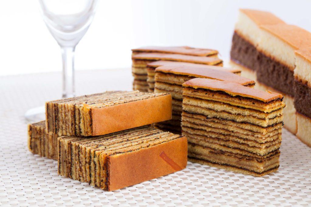 lapis legit adalah jajanan dan kue basah yang paling mewah di Indonesia