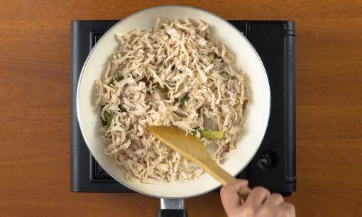 menyiapkan isian untuk lemper ayam