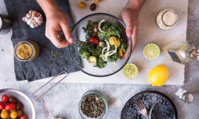 macam-macam sayuran sedang dibuat menjadi salad
