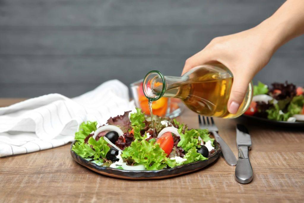 manfaat cuka apel di bidang kuliner adalah sebagai dressing salad