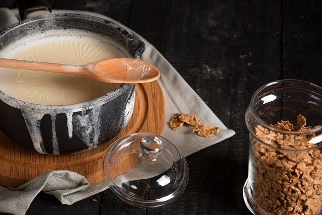 Susu panas yang siap dicampur sereal dimasak dalam panci milk pan