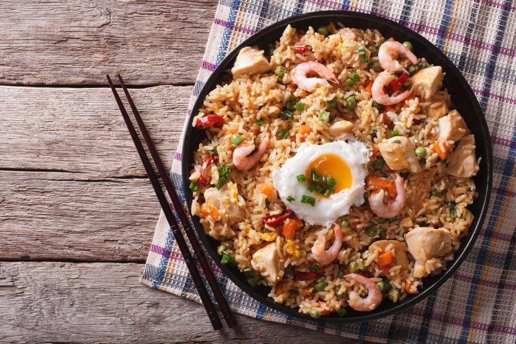 resep nasi goreng spesial dengan udang dan daging ayam.