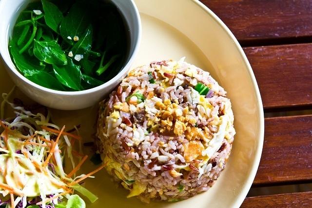resep nasi goreng spesial menggunakan nasi merah lengkap dengan sayuran.