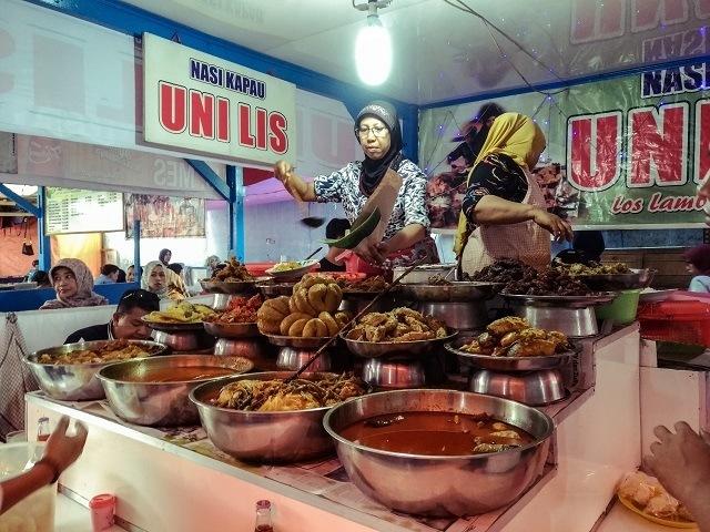 Centong yang panjang juga jadi ciri khas pedagang Nasi Kapau.