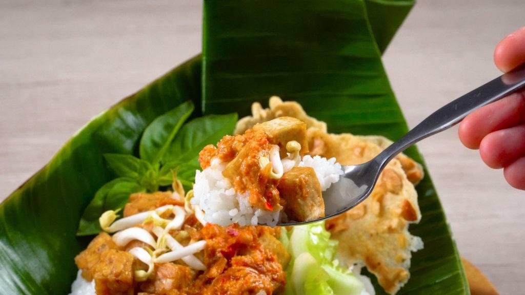 makanan khas cirebon, nasi lengko tersaji di atas daun pisang