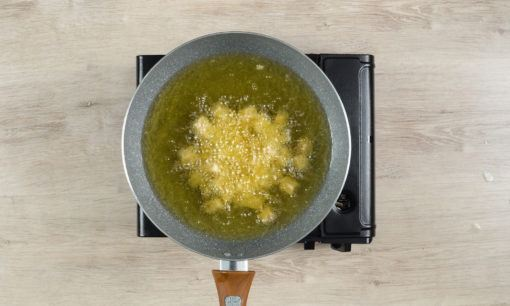 menggoreng tahu dan tempe untuk membuat nasi lengko