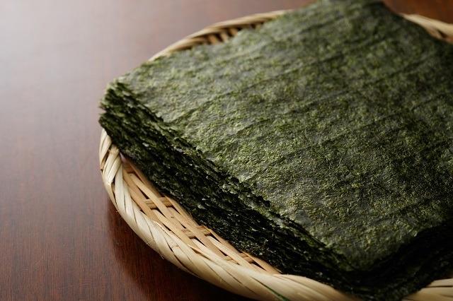 Penggunaan nori sangat penting dalam resep onigiri.