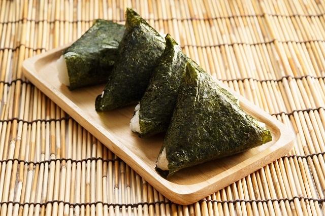 Pilih rumput laut Jepang yang tidak dibumbui karena cita rasanya sudah gurih untuk resep onigiri ini.