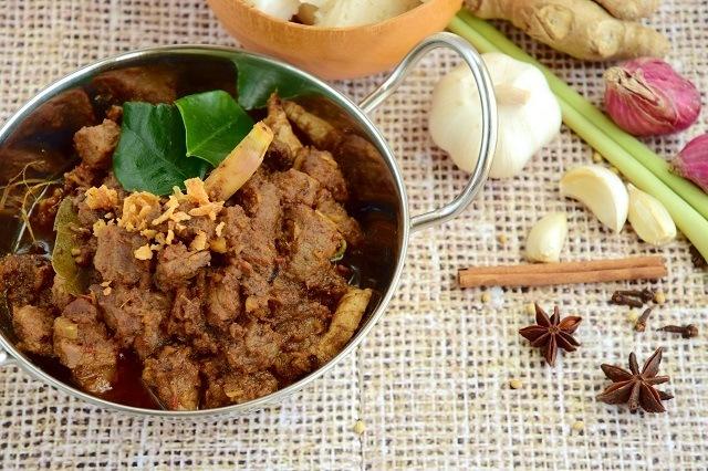 Rendang, makanan tradisional khas Minang yang juga populer di Indonesia.