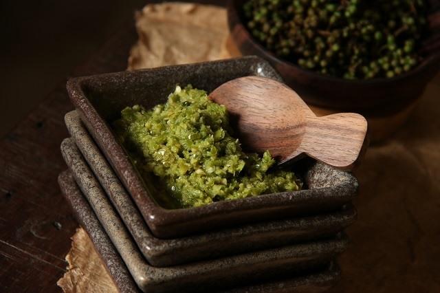 sambal cabai rawit hijau dengan andaliman begitu cocok dengan arsik