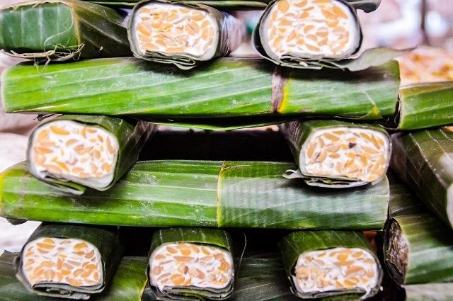 daun jati juga bisa dipakai sebagai pembungkus kedelai, sebagai salah satu tahap proses pembuatan tempe