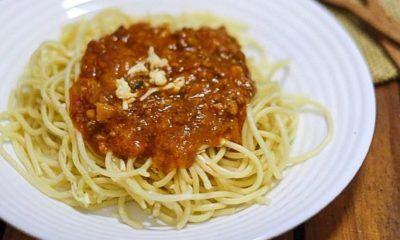 spaghetti sapi pedas tersaji di piring