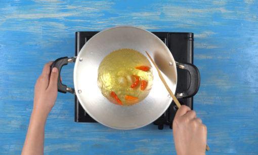 menggoreng cabai untuk tahu telur