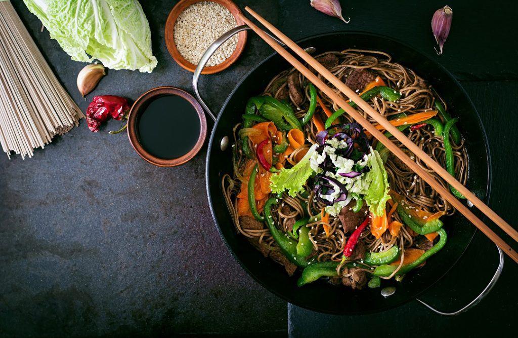 wok dengan isi mi goreng, cocok untuk resep masakan cina