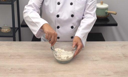 Adonan tepung untuk Tahu Susu Lembang goreng.