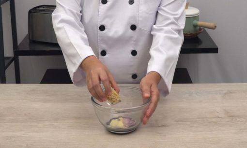 Menyiapkan bumbu kukusan Tahu Susu Lembang.
