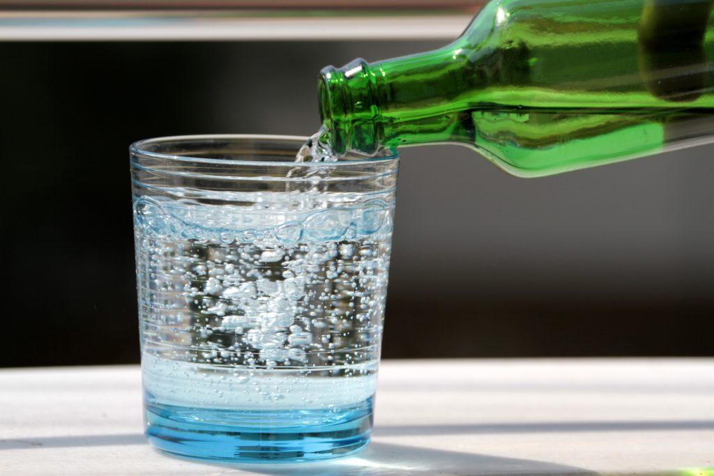 air mineral dituangkan ke gelas