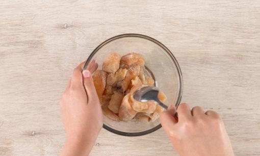 Selalu bumbui ayam sebelum dimasak.