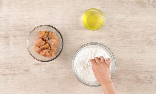 Melumuri ayam kuluyuk sebelum digoreng.