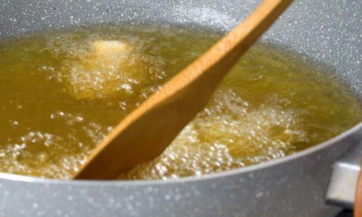 Menggoreng ayam kuluyuk.