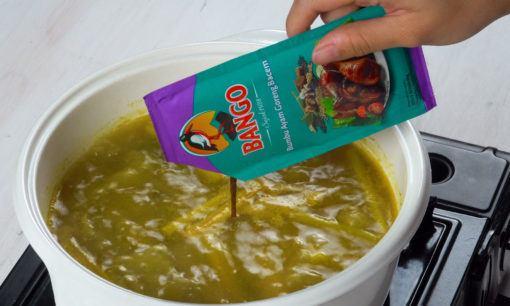 Membuat marinasi untuk resep ayam tangkap.