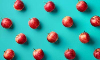buah apel berjejer difoto secara vertikal