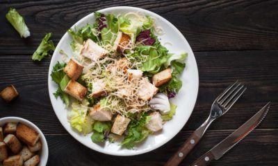 Caesar Salad tampak vertikal.