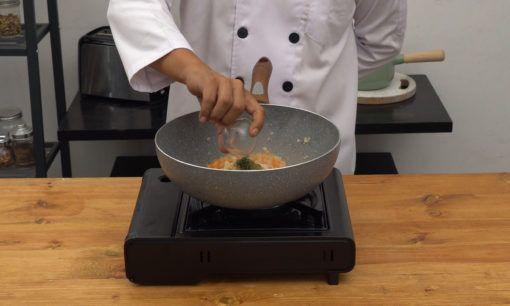 Menambahkan berbagai herba adalah satu langkah dalam cara membuat saus tomat.