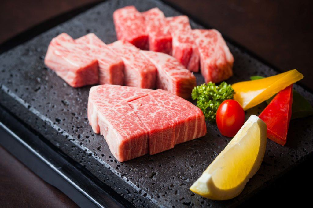 Daging wagyu dengan intensitas marbling yang tinggi.
