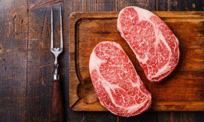 Daging wagyu dengan marbling tinggi.