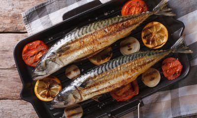 Masakan sederhana berupa ikan bakar dengan lemon dan tomat.